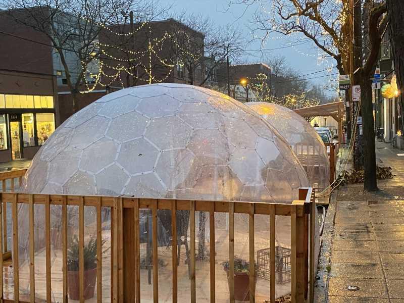 Carpas, iglús, domos: ¿cuán seguro es comer al aire libre este invierno?